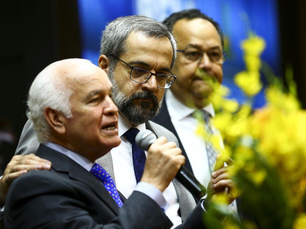 O deputado Gilberto Nascimento, o ex-ministro da Educação, Abraham Weintraub, e o deputado Silas Câmara, em culto.