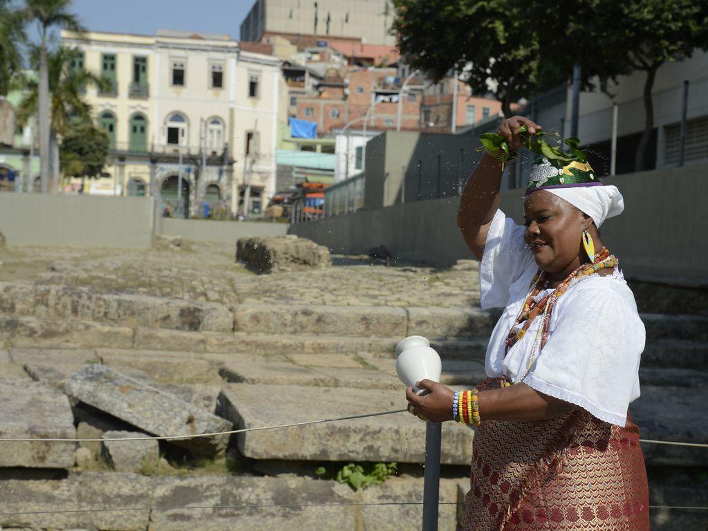 A presidente do Centro Cultural Pequena África, Celina de Xangô durante lavagem do Cais do Valongo.